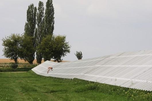 Stavba smiřické fotovoltaické elektrárny zabírá plochu osmi hektarů. Firma Decci plánuje do konce roku 2009 výstavbu dvou dalších elektráren v ČR s celkovým výkonem 11 megawattů. Podobně vizionářsky uvažují i mnozí konkurenti. Nevídaný boom může vést v plánování Ministerstva průmyslu i k tomu, že podporu využívání obnovitelných zdrojů nakonec znatelně omezí.