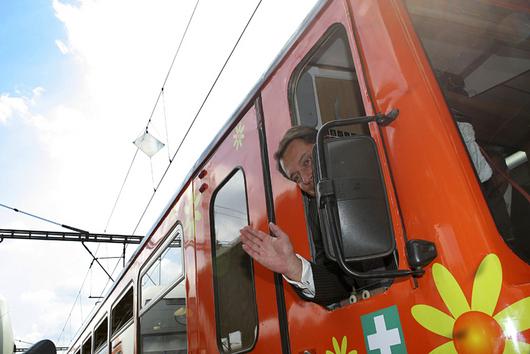 Jiří Paroubek mává. Osobní vlak je dobrou alternativou k luxusním jachtám.