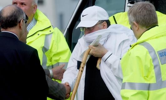 """<b>20. 8. Skotové pustili teroristu z Lockerbie</b> - Libyjský atentátník Abdal Basat Alí Muhammad Midžrahí (na snímku v bílém), který byl v lednu 2001 odsouzen za podíl na atentátu na letadlo společnosti Pan Am u skotského Lockerbie, byl propuštěn ze skotského vězení.<br>Ve čtvrtek to oznámil skotský ministr spravedlnosti Henry MacAskill, který čelil v posledním týdnu soustředěnému tlaku příbuzných obětí i administrativy USA, aby Midžrahího ponechal i nadále ve vězení. Ministr ale neustoupil.<br>Na doživotí odsouzený libyjský agent trpí rakovinou prostaty v konečném stadiu a MacAskill ho propustil, aby mohl zemřít na svobodě a v domovské zemi.<br> <b>Podrobnosti si <A href=""""http://aktualne.centrum.cz/zahranici/evropa/clanek.phtml?id=644854"""">připomeňte ve článku zde</A></b>"""