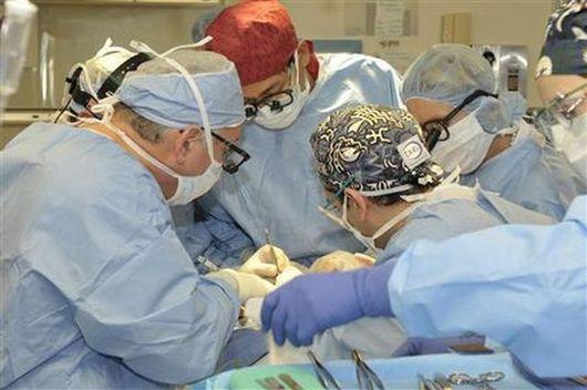 """<b>24. 8. - Doktoři poprvé transplantovali jazyk</b> - Španělští lékaři provedli první transplantaci jazyka a čelisti na světě. Zřejmě úspěšně. Dnes potvrdili, že operovaný muž se cítí dobře a může být propuštěn do domácího léčení už příští týden.<br>Operaci podstoupil minulé úterý třiačtyřicetiletý pacient na klinice ve Valencii. Transplantaci provedl věhlasný španělský specialista a chirurg Pedro Cavadas.<br>Zákrok trval patnáct hodin, podílel se na něm tým třiceti lidí. <br><b>Podrobnosti si <A href="""" http://aktualne.centrum.cz/zahranici/evropa/clanek.phtml?id=645703 """">připomeňte ve článku zde</A></b>"""