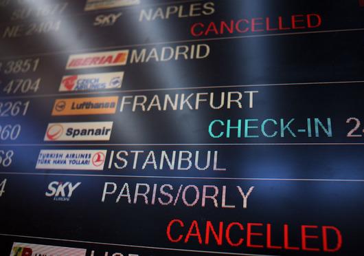 """<b>1. 9. - Krach SkyEurope</b> - Slovenské nízkonákladové aerolinky SkyEurope vyhlásily bankrot. Dopravce nesehnal peníze na udržení provozu, soudem jmenovaný správce proto pozdě večer podal návrh na konkurz.<br>Ze zahraničí přicházejí první zprávy o problémech českých turistů, kteří se měli se SkyEurope vracet domů. Zrušení letů by se mohlo dotknout až deseti tisíc českých turistů, odhadl mluvčí Asociace českých cestovních kanceláří a agentur Tomio Okamura.<br><b>Podrobnosti si <A href=""""http://aktualne.centrum.cz/zpravy/clanek.phtml?id=646341"""">připomeňte ve článku zde</A></b>"""