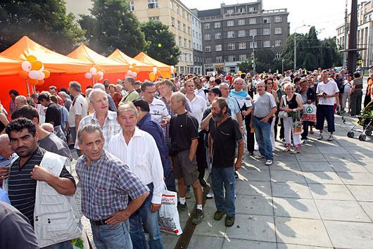 V Ostravě se na občerstvení k projevům stály fronty.