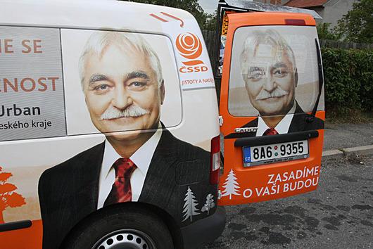 Nová auta ČSSD a ještě víc portrétu kandidátů.
