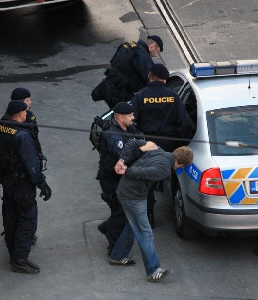 """<b>13. 9. - Noční akce proti squatterům</b> -  Protest squatterů, kteří v sobotu odpoledne obsadili dům nedaleko pražského centra, na rohu Apolinářské ulice a ulice Na Slupi v Praze 2, přerostl v mnohahodinový souboj mezi demonstrujícími a policií. <br>Okolo půl sedmé hodiny ranní pak policisté vtrhli do domu za zvuku dělbuchů a zadrželi 24 osob.<br>Na snímku odvádí policista do auta jednoho ze zatčených squatterů<br> <b>Podrobnosti si <A href=""""http://aktualne.centrum.cz/domaci/zivot-v-cesku/clanek.phtml?id=647457"""">připomeňte ve článku zde</A></b>"""