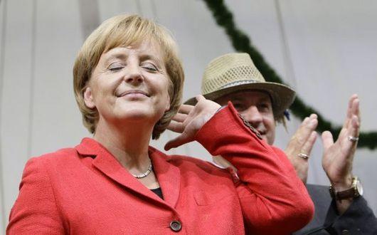 """<b>28. 9. - Merkelová slaví, zbavila se levice</b> - Německé parlamentní volby skončily triumfem pravice a rekordní porážkou sociálních demokratů, kteří získali nejméně hlasů v poválečné historii.<br>Angela Merkelová - podle časopisu Forbes nejmocnější žena světa - zůstane dál kancléřkou a sociální demokraty nahradí ve vládní koalici právě liberálové. Velká pravolevá koalice CDU a SPD skončí.<br><b>Podrobnosti si <A href=""""http://aktualne.centrum.cz/zahranici/evropa/clanek.phtml?id=648667"""">připomeňte ve článku zde</A></b>"""
