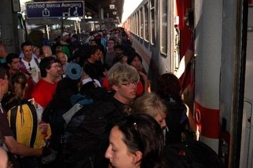 Cestují nastupují do vlaku