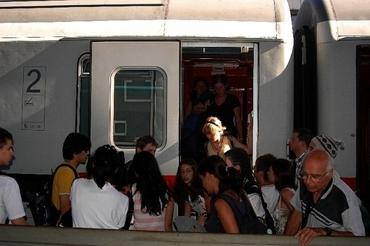 Lidé vystupující z vlaku