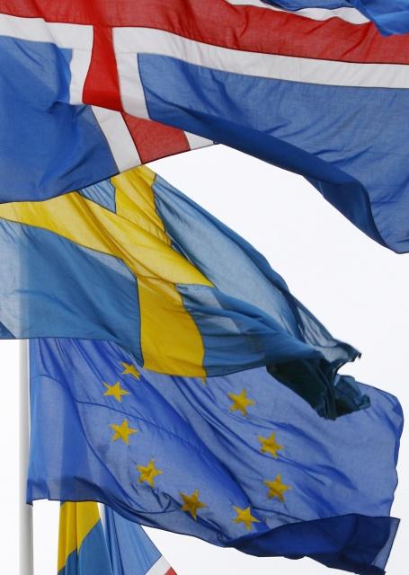 """<b>4. 2. - Island chce do EU</b> - Evropská sedmadvacítka, která tvoří Unii, se možná brzy rozroste na třicítku. Víceméně se počítá - dříve či později - s přistoupením Chorvatska a Srbska. Třetím novým členem se může stát Island. Splňuje totiž základní podmínku: o členství v EU stojí.<br>Kvůli finanční krizi, krachu islandských bank a střemhlavému pádu islandské měny se o možnosti vstoupit do Unie hovořilo na ostrově už od října. Nová vláda premiérky Jóhanny Sigurdardóttir nyní poprvé oficiálně a jasně řekla, že vstup do Unie a přijetí eura je jejím cílem.<br><b>Další podrobnosti si </b><A href=""""http://aktualne.centrum.cz/zahranici/evropska-unie/clanek.phtml?id=628721""""><b>připomeňte ve článku zde</b></A>"""