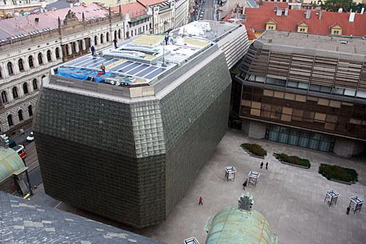 Na Nové scéně Národního divadla se nedá orat ani stavět zábavní park, takže největší sluneční elektrárna v Praze má světlou budoucnost. Dnes slouží pro výrobu elektřiny, která by pokryla spotřebu asi šesti domácností.
