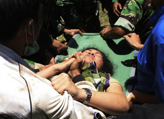 """<b>1. 10. - Zemětřesení  zabilo 1100 lidí</b> - Dvě zemětřesení mimořádné síly mezi středečním večerem a čtvrtečním ránem paralyzovala indonéský ostrov Sumatra. Příroda udeřila jen několik hodin poté, co jinou nedalekou oblast v Tichém oceánu spláchlo po zemětřesení ničivé tsunami.<br>Počet obětí indonéského neštěstí podle očekávání začal rychle růst. Ve středu pozdě večer to byly desítky, ráno spolu se zprávou o druhém zemětřesení v oblasti už úřady počítaly oběti ve stovkách. <br>Podle humanitárního šéfa OSN dosáhl počet potvrzených mrtvých 1100 a další stovky lidí byly zraněny. Toto číslo však podle něj dále poroste. Tisíce lidí se hledají.<br><b>Připomeňte si tuto událost <A href=""""http://aktualne.centrum.cz/zahranici/asie-a-pacifik/clanek.phtml?id=648904"""">ve článku zde</A></b>"""