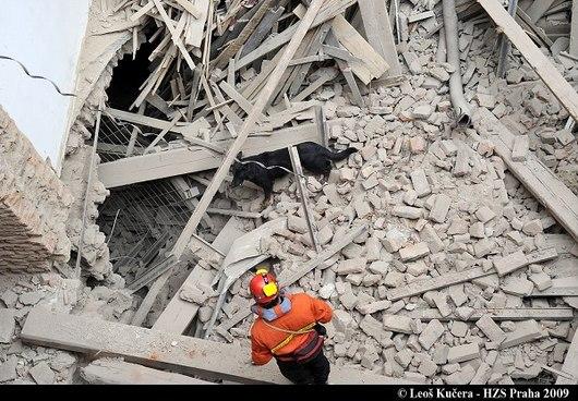"""<b>4. 10. - V Praze se zřítil dům</b> - V Praze v Soukenické ulici 25 se při rekonstrukci domu zřítila tři patra na lidi uvnitř.  V sutinách našli smrt čtyři dělníci. Dvoudenní snaha hasičů a záchranářů vyprostit alespoň někoho živého tak byla marná. <br>Podle místních obyvatel byl zřícený dům zchátralý a už zhruba tři roky prázdný. Často z něj prý padala omítka. Majitel podle místních plánoval dům přestavět na hotel.<br><b>Připomeňte si tuto událost <A href=""""http://aktualne.centrum.cz/zpravy/nehody/clanek.phtml?id=649198"""">ve článku zde</A></b>"""