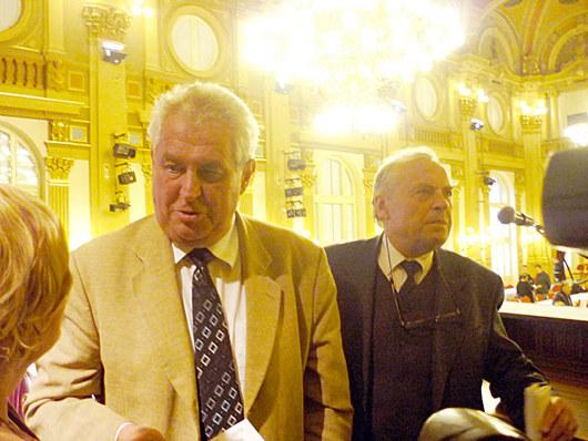 """<b>16. 9. - Zeman zvažuje návrat do politiky </b>- Expremiér Miloš Zeman oznámil plán založit novou stranu, se kterou by se už možná v příštím roce zúčastnil parlamentních voleb. Jmenovat by se prý mohla Strana práv občanů, sdělil na dnešní tiskové konferenci po zasedání sdružení Přátelé Miloše Zemana. <br>Snímek pochází ze Sjezdu Sdružení přátel Miloše Zemana v říjnu 2009.<br><b>Podrobnosti si <A href=""""http://aktualne.centrum.cz/domaci/volby-2009/strany/clanek.phtml?id=647795"""">připomeňte ve článku zde</A></b>"""
