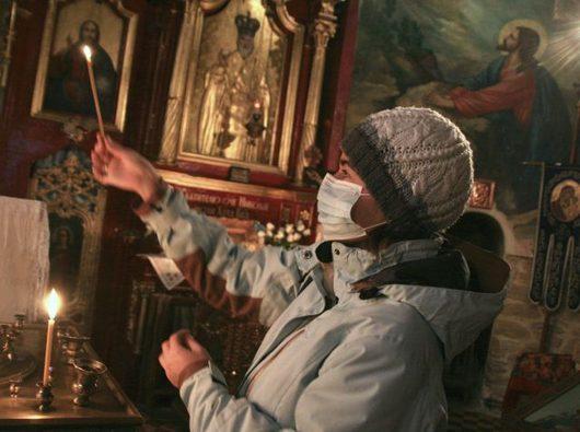 """<b>2. 11. - Ukrajinu decimuje chřipka</b> - Ukrajinským úřadům se začíná vymykat z rukou chřipková epidemie, která vypukla na západě země. Prezident Viktor Juščenko proto požádal Spojené státy, NATO a sousední země o pomoc.<br>Ministerstvo zdravotnictví oznámilo, že na chřipku a akutní dýchací potíže zemřelo během posledního týdne už 67 lidí, z toho u 22 osob byla prokázána prasečí chřipka. <br>Chřipkovým virem bylo podle posledních informací nakaženo 255 tisíc osob, z toho přes 83 tisíc dětí.<br>Snímek pochází z ukrajinského Ternopolu.<br><b>Připomeňte si tuto událost <A href=""""http://aktualne.centrum.cz/zahranici/evropa/clanek.phtml?id=651669"""">ve článku zde</A></b>"""