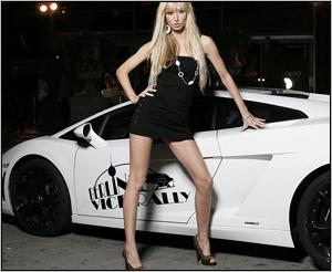"""<b>4. 9. - Závod boháčů zastaven</b> - Bavorská policie zadržela 35 rychlých aut, která se účastnila druhého ročníku neoficiálního závodu luxusních vozů Diamond Race. Majitelům se je chystá vydat 6. září, tedy až po plánovaném konci klání.<br>Každý řidič odstaveného vozidla musí zaplatit pokutu 1000 eur (asi 25.500 korun). Sdělilo to hornofalcké policejní prezidium, podle něhož německá policie zajistila i trofeje určené pro vítěze závodu. <br><b>Podrobnosti si <A href=""""http://aktualne.centrum.cz/zpravy/clanek.phtml?id=646635"""">připomeňte ve článku zde</A></b>"""