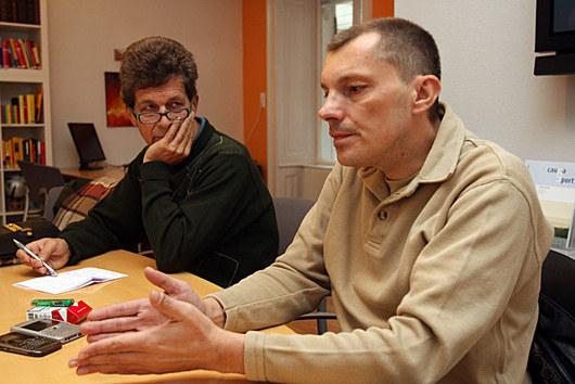 """<b>24. 11. - FBI začala zkoumat úplatky při privatizaci spořitelny</b> -  Americká justice se začala zajímat o okolnosti privatizace jedné z největších tuzemských bank - České spořitelny.<br>Kauzu vyvolali dva rakouští manažeři (Hans Leitner a Peter Andahazy - na snímku) z uskupení Erste Bank, které Zemanova vláda v roce 2000 spořitelnu prodala.<br>Bankéři, které letos Erste propustila, veřejně prohlásili, že jejich bývalý zaměstnavatel při skupování bankovních domů ve střední a východní Evropě uplácel tamní politiky a úředníky.<br>Nově v rozhovoru pro Aktuálně.cz tvrdí, že v České republice se kauza týká vrcholných představitelů politické scény z přelomu tisíciletí.<br><b>Připomeňte si tuto kauzu <A href=""""http://aktualne.centrum.cz/domaci/kauzy/clanek.phtml?id=653794"""">ve článku zde</A></b>"""
