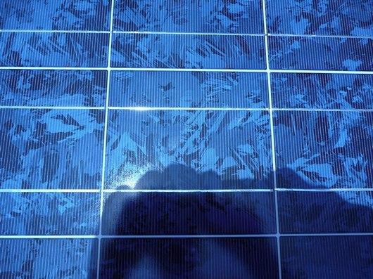 Detailní pohled na solární panel. Jejich instalace zabírá čím dál větší plochu po celé České republice.