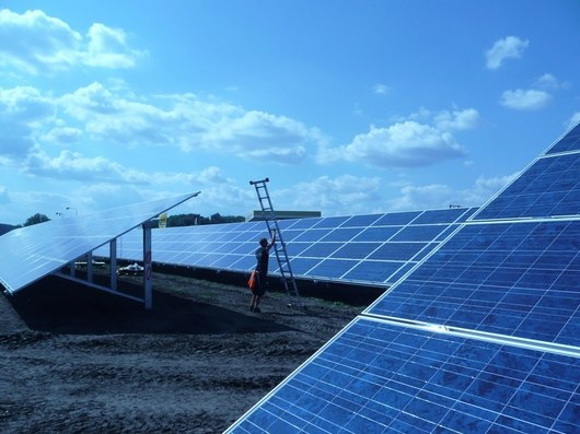 Nová fotovoltaická elektrárna se v Hrušovanech rozkládá na ploše 7 hektarů...