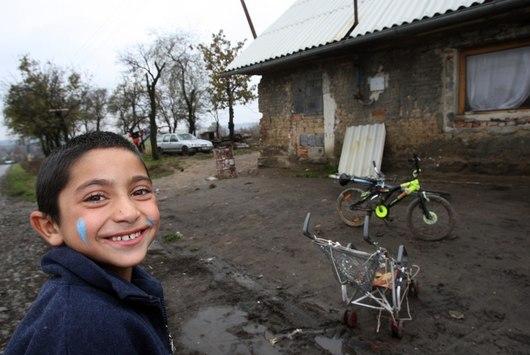Žije zde kolem třiceti Romů, kteří přišli v roce 1988 z východního Slovenska. Polovina z nich jsou děti.