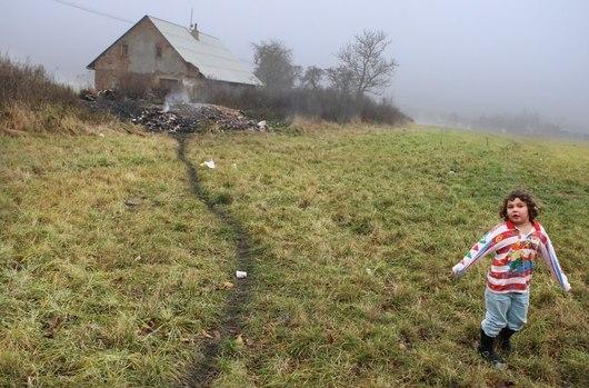 Odloučená romská komunita v odloučené lokalitě za vesnicí Velké Kunětice na Jesenicku. K dvěma polorozpadlým domům na česko-polské hranici vede z jedné strany pěšina,