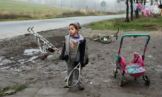 z druhé frekventovaná silnice, z níž se řidičům nabízí pohled na bezútěšnou předzahrádku s hrajícími si dětmi.