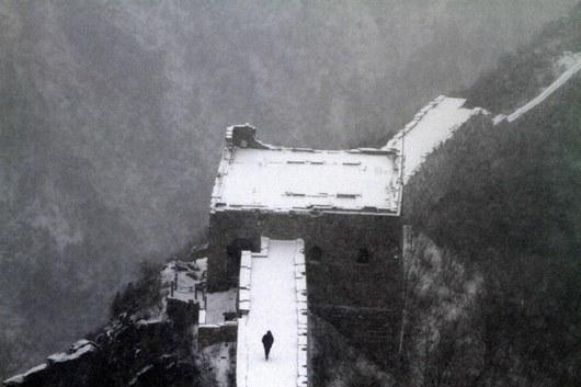 """<b>21. 4. - Čínská zeď není Velká. Je větší</b> - Nejdelší zeď světa je podle všeho ještě delší, než se dosud lidé domnívali. Čínští experti z Úřadu pro ochranu a správu historických památek dokončili dlouhodobé přeměřování zdi, poprvé za pomoci moderních technologií.<br>A dospěli k závěru, že dosud uváděná délka přes šest tisíc kilometrů neodpovídá skutečnosti. Zeď je prý dlouhá přes osm tisíc kilometrů.<br><b>Další podrobnosti si </b><A href=""""http://aktualne.centrum.cz/zahranici/asie-a-pacifik/clanek.phtml?id=635279""""><b>připomeňte ve článku zde</b></A>"""