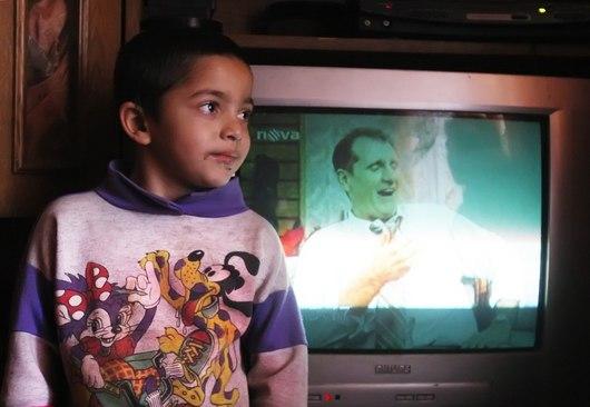 Barevná televize hraje téměř 24 hodin v kuse a děti před ní tráví dlouhé večery.