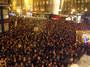 """<b>17. 11. - Češi v ulicích slavili 20 let svobody</b> - V Praze a na dalších místech se mohutně slavily události z roku 1989. <br>Pád komunismu si přišlo připomenout mnohem víc lidí, než očekávali pořadatelé, jen v průvodu z Albertova na Národní třídu šlo několik tisíc účastníků.<br>Policie při střetech s radikály, kteří se pokoušeli dostat k pochodu, zadržela 48 lidí. Vzduchem létaly i dlažební kostky.<br><b>Připomeňte si tuto událost <A href=""""http://aktualne.centrum.cz/domaci/zivot-v-cesku/clanek.phtml?id=653216"""">ve speciálu, v němž najdete i veškeré fotogalerie, zde</A></b>"""