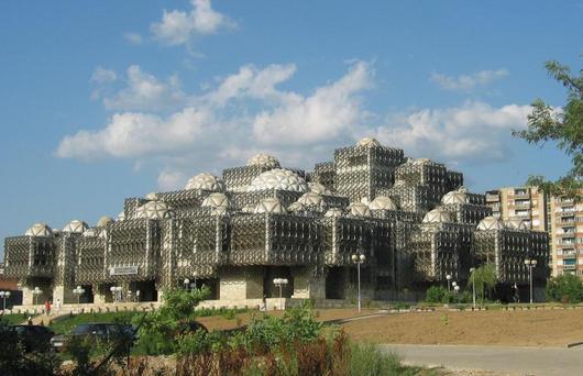 Kosovská Národní knihovna v Prištině je osobitou ale těžko uchopitelnou stavbou. Při slavnostním otevření si někteří návštěvníci mysleli, že je zvenčí obstavěna lešením.