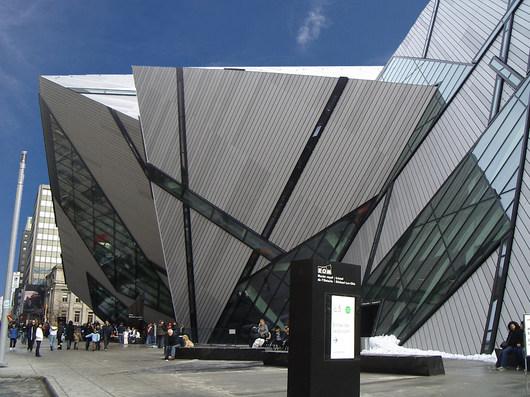 Modern� př�stavek torontsk�ho muzea Royal Ontario od architekta Michaela Lee-China je kontroverzn�m d�lem, na kter� m� odborn� veřejnost v obou směrech jasn� n�zor.
