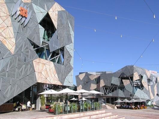 Federation Square v Melbourne je označováno jako místo k setkávání, což ostatně vychází i z jeho názvu. Vizuální požitek však svým návštěvníkům příliš nenabízí.