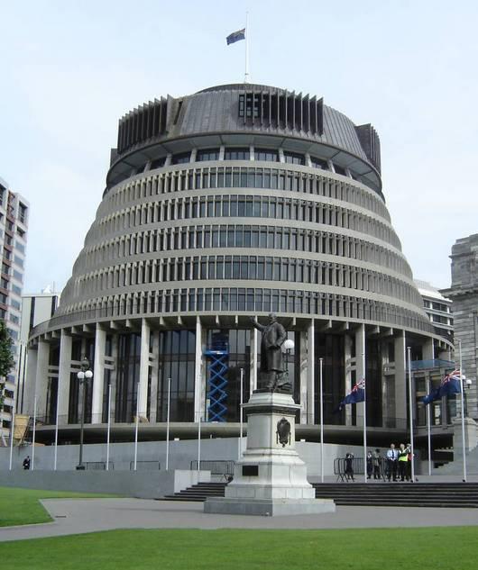 """Bronz z�skala budova """"v�konn� sekce"""" novoz�landsk�ho parlamentu, kter� je přezd�v�na jako The Beehive (včel�n)."""