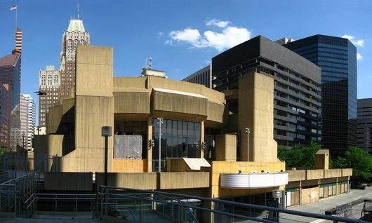 Nejošklivější budovou letošního roku je divadlo Morrise A. v Baltimoru. Americký zástupce architektonického stylu zvaného brutalismus, který byl oblíbený mezi 50. až 70. léty minulého století.
