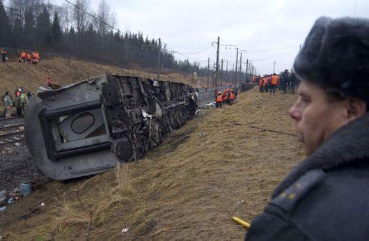"""<b>28. 11. - Teroristé zaútočili na ruský vlak</b> - Teroristé zaútočili na ruský express jedoucí na trati Moskva - Petrohrad. <br>V jeho troskách zahynulo nejméně 26 lidí, další desítky jsou pohřešovány nebo zraněny. Některé zdroje stále uvádějí 39 mrtvých a 61 lidí zraněných vážně.<br>V místě nehody, kudy Něvský expres projížděl rychlostí necelých 200 kilometrů za hodinu, byly nalezeny zbytky nálože. <br><b>Připomeňte si tuto událost <A href=""""http://aktualne.centrum.cz/zahranici/evropa/clanek.phtml?id=654354"""">ve článku zde</A></b>"""