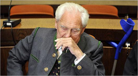 """<b>11. 8. - Nacista dostal doživotí</b> - Bývalý důstojník wehrmachtu Josef Scheungraber byl mnichovským soudem odsouzen k doživotnímu vězení za podíl na vraždě italských civilistů v Toskánsku během 2. světové války.<br>Kvůli nedostatku důkazů mu bylo prokázáno zabití deseti ze čtrnácti lidí.<br><b>Podrobnosti si <A href=""""http://aktualne.centrum.cz/zahranici/evropa/clanek.phtml?id=644703"""">připomeňte ve článku zde</A></b>"""