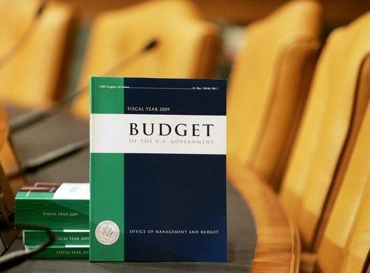 """<b>16. 10. - USA mají rekordní rozpočtový deficit</b> -  Americký federální rozpočet dosáhl rekordní výše od druhé světové války. Potvrdilo to ministerstvo financí.<br>Deficit stanovilo na 1,417 bilion dolarů. V přepočtu přes 24,5 bilionu korun. Jde o výsledky za fiskální rok, který v USA trvá od října do září dalšího roku.<br><b>Připomeňte si tuto událost <A href=""""http://aktualne.centrum.cz/ekonomika/penize/clanek.phtml?id=650418"""">ve článku zde</A></b>"""
