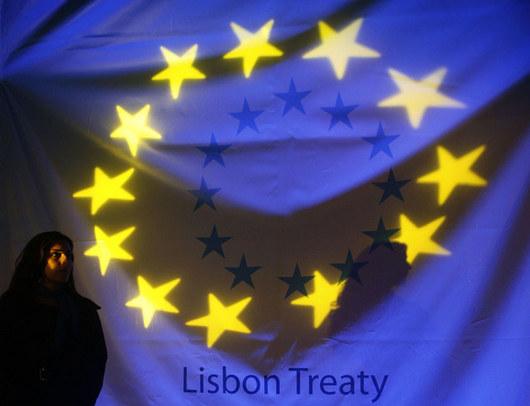 """<b>1. 12. - Začal platit Lisabon</b> - S půlnocí vstoupil v platnost jeden z nejdůležitějších reformních dokumentů, který evropské společenství zcela zásadně přeskupí. <br>Začala platit Lisabonská smlouva, o které se hojně a horlivě diskutovalo posledních šest let.<br><b>Co Lisabon obnáší a co se mění <A href=""""http://aktualne.centrum.cz/zahranici/evropska-unie/clanek.phtml?id=654505"""">si projděte ve článku a grafice zde</A></b>"""