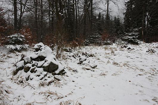 Po tábořících demonstrantech zbyla kamenná mohyla.