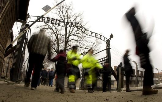 """<b>18. 12. - Krádež v Osvětimi</b> - Zloději ukradli z brány bývalého nacistického koncentračního tábora v Osvětimi na jihu Polska známou tabuli s nápisem """"Arbeit macht frei"""" (Práce osvobozuje).<br>Policie ji našla po třech dnech - rozřezanou na druhém konci země. Zatkla pětici mužů, kterým prý šlo o peníze, nikoliv ideologii.<br><b>Připomeňte si událost<A href=""""http://aktualne.centrum.cz/zahranici/evropa/clanek.phtml?id=656110"""">ve článku zde</A></b>"""