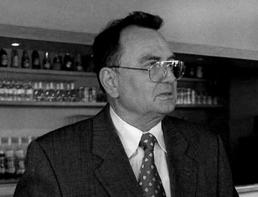 """<b>26. 12. - Zemřel Yves Rocher. Stvořitel kosmetického impéria</b> - Zakladatel světoznámé kosmetické firmy a návrhář Yves Rocher zemřel v pařížské nemocnici. Bylo mu 79 let.<br>Rocher založil svoji firmu v roce 1959 a postupně z ní vybudoval věhlasnou značku, působicí ve více než osmdesáti zemích. Roční obrat společnosti se v posledních letech pohyboval na celém světě kolem tří miliard dolarů.<br><b><A href=""""http://aktualne.centrum.cz/zahranici/evropa/clanek.phtml?id=656628"""">Další podrobnosti si přečtěte ve článku zde</A></b>"""
