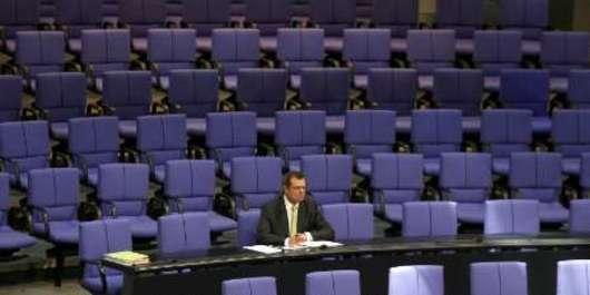 Pr�zdno neb�v� jen v česk� Poslaneck� sněmovně. Křesťansk� demokrat Friedbert Pfl�ger během debaty v německ�m Bundestagu. Pf�lger se postav� do čela region�ln�ho parlamentu v Berl�ně.