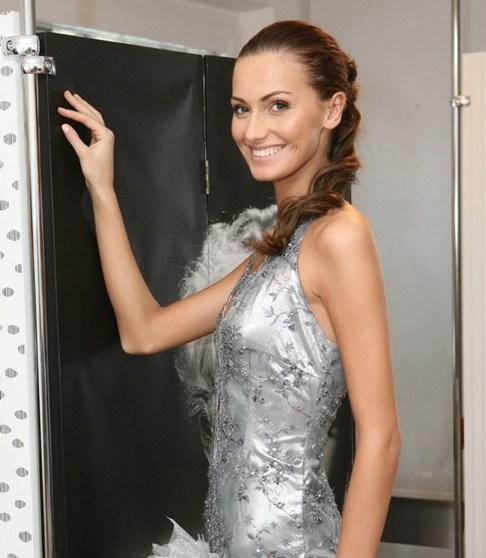 Eliška Bučková si zkouší šaty na Top Model of the World