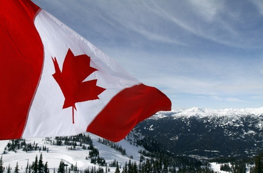 Kanadská vlajka dohlíží na přípravy nad městem Whistler.