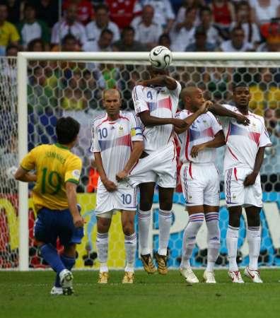 34353m-brazilie-francie-juninho-kope-primy-kop