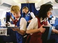 Letušky roznášejí občerstvení
