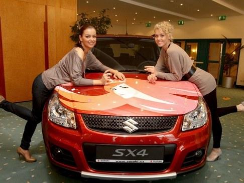 Jitka Válková a Veronika Machová převzaly klíče od nového vozu Suzuki