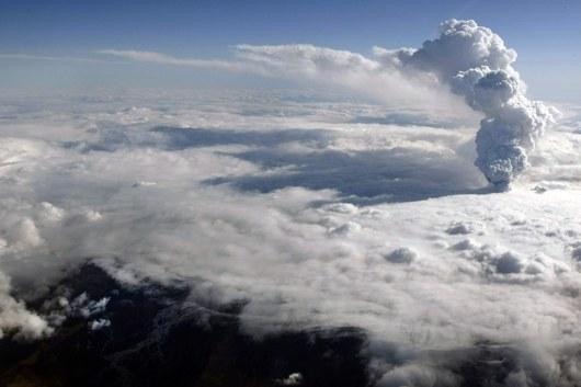 Erupce ze středečního rána vrhla obrovské množství sopečného  prachu do výšky jedenácti kilometrů