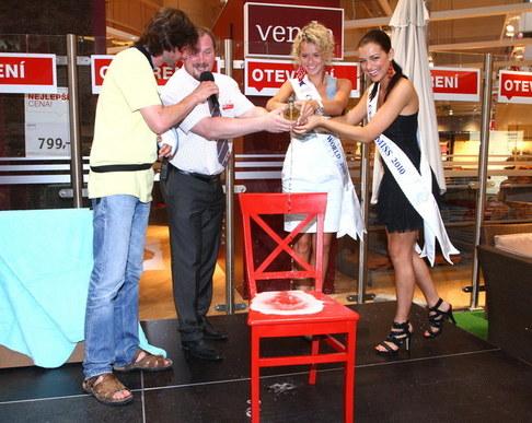 Jitka Válková a Veronika Machová slavnostně otevřely obchod s nábytkem