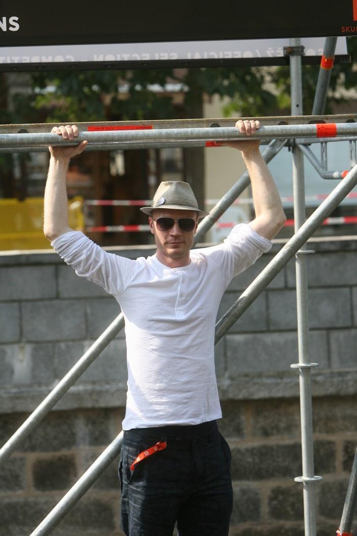 MFF Karlovy Vary - Jan Budař na sebe upozornil tak, že se zavěsil na lešení