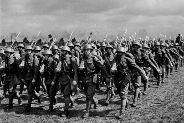 Československí vojaci s puškami vz. 24 pri pochode