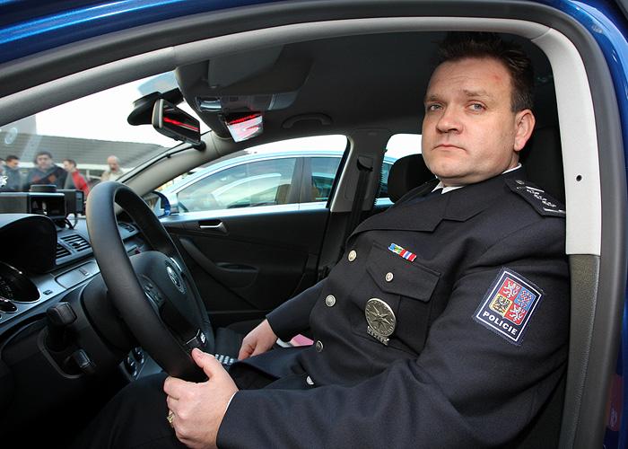 http://img.aktualne.centrum.cz/337/45/3374585-policejni-volkswagen-passat-r36.jpg